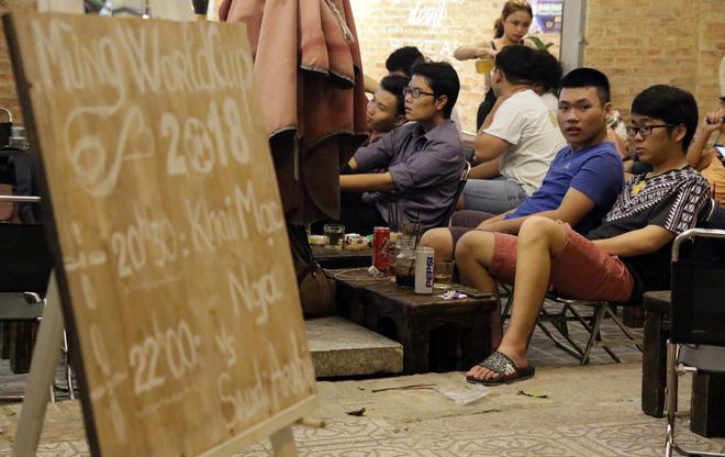 Dân Sài Gòn kéo nhau ra quán cà phê, quán nhậu vừa uống bia vừa xem World Cup 2018 - Ảnh 1.