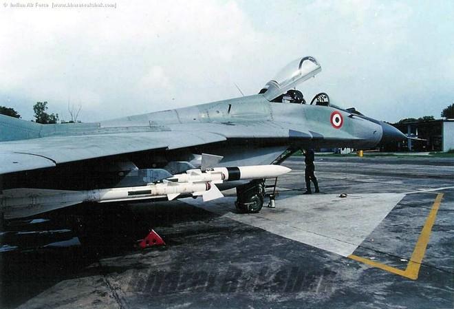 F-16 Pakistan sợ tiêm kích MiG-29 Ấn Độ như sợ cọp: Vì loại tên lửa đặc biệt? - Ảnh 2.