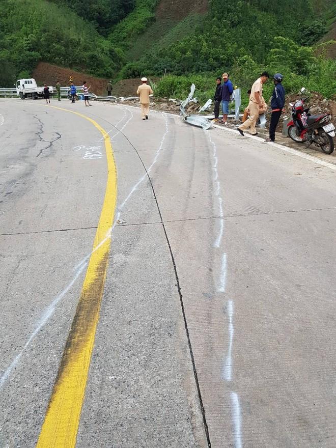 Hiện trường chiếc xe lao xuống vực ở đèo Lò Xo khiến 2 trẻ em tử vong - Ảnh 2.