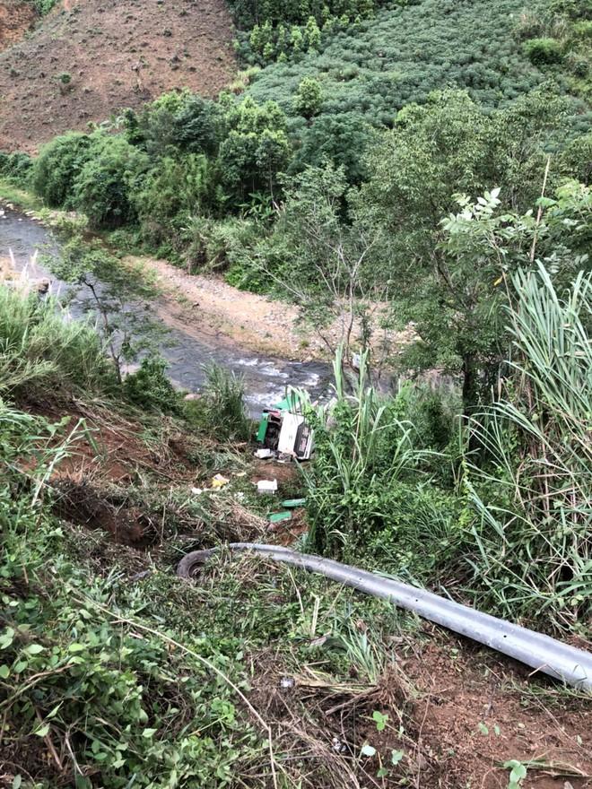 Hiện trường chiếc xe lao xuống vực ở đèo Lò Xo khiến 2 trẻ em tử vong - Ảnh 4.