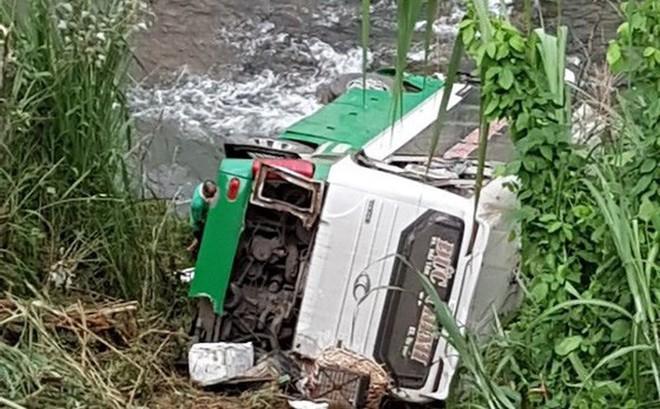 Xe khách chở 42 người lao xuống vực đèo Lò Xo, ít nhất 3 người chết