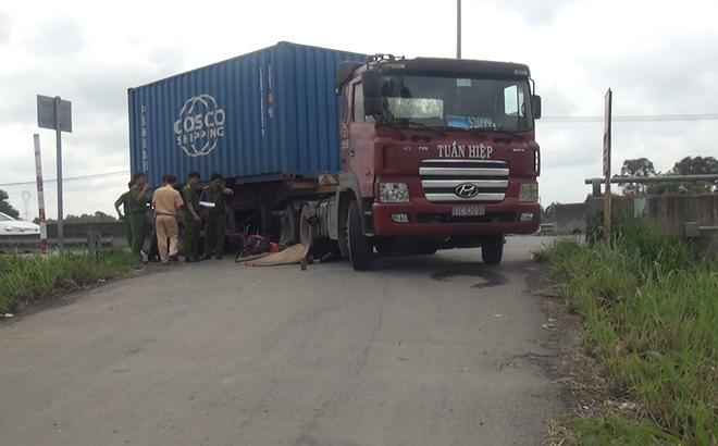 Nam thanh niên 19 tuổi chết thảm dưới bánh xe container