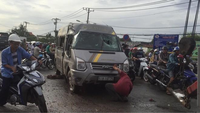 Gần 10 người hoảng loạn kêu cứu trong xe khách bị lật ở Sài Gòn - Ảnh 1.