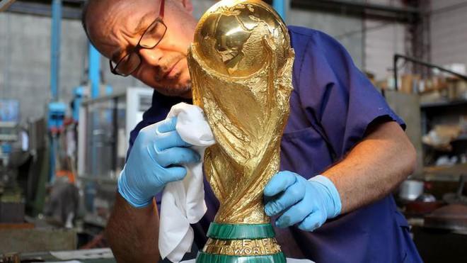 Đột nhập xưởng sản xuất Cúp vàng World Cup giá 456 tỷ đồng: Ánh hào quang giữa khói bụi - Ảnh 2.