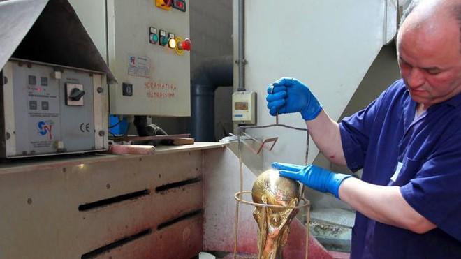 Đột nhập xưởng sản xuất Cúp vàng World Cup giá 456 tỷ đồng: Ánh hào quang giữa khói bụi - Ảnh 4.