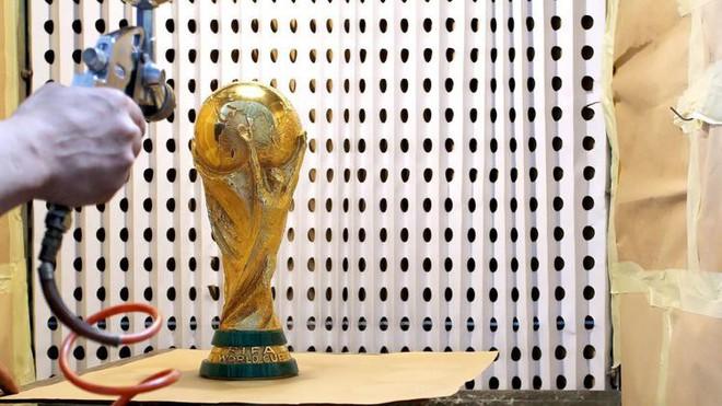 Đột nhập xưởng sản xuất Cúp vàng World Cup giá 456 tỷ đồng: Ánh hào quang giữa khói bụi - Ảnh 6.