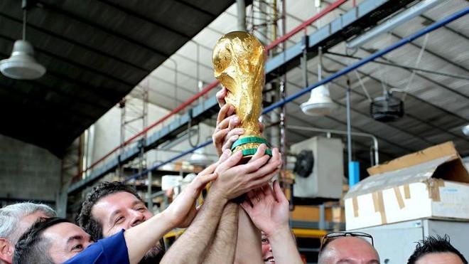 Đột nhập xưởng sản xuất Cúp vàng World Cup giá 456 tỷ đồng: Ánh hào quang giữa khói bụi - Ảnh 7.