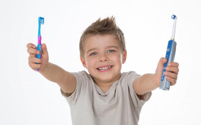 Bàn chải đánh răng thông thường và bàn chải điện: Loại nào tốt hơn?
