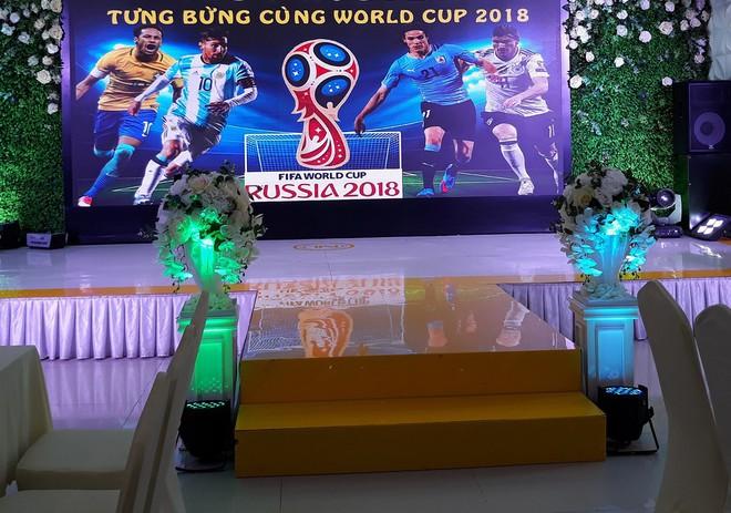Chuyện lạ ở Việt Nam: Ra trọng điểm tiệc cưới xem World Cup - Ảnh 1.