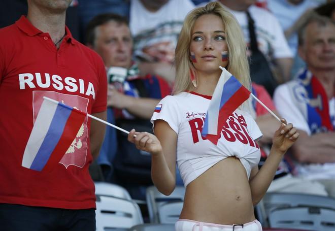 CĐV bàng hoàng khi nhận ra danh tính của fan nữ xinh đẹp nhất nước Nga nhờ thẻ World Cup - Ảnh 2.