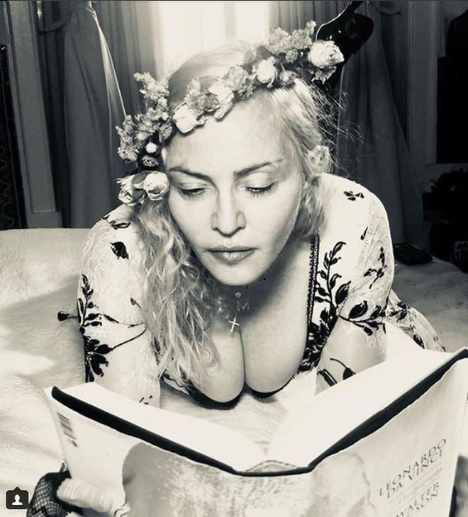 Nữ hoàng nhạc Pop Madonna tung ảnh nóng bỏng ở tuổi 60 - Ảnh 1.