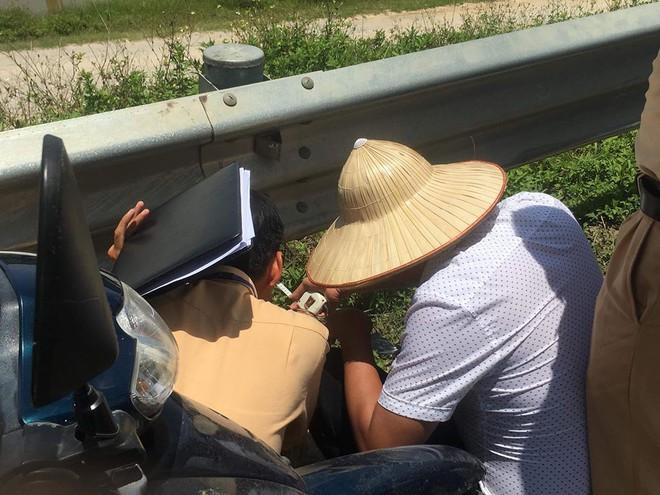 Bắt một số đối tượng chống đối trong vụ gia đình mang quan tài thiếu nữ tử vong ra quốc lộ - Ảnh 1.