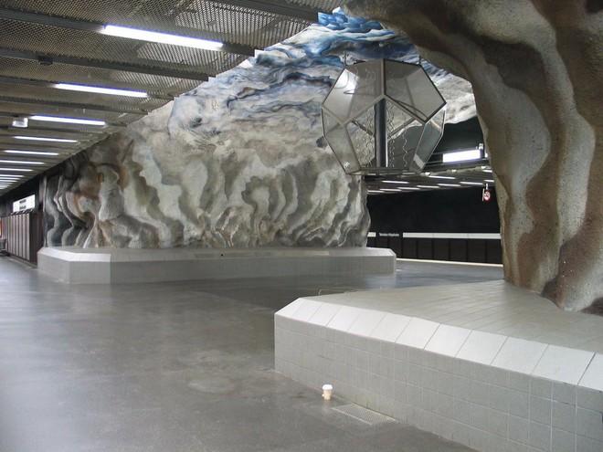 Bên trong những ga tàu điện ngầm đẹp hơn cả triển lãm nghệ thuật tại Thụy Điển - Ảnh 14.
