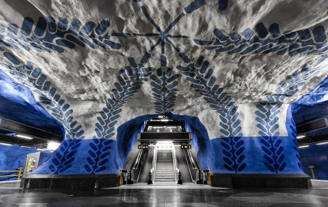Bên trong những ga tàu điện ngầm đẹp hơn cả triển lãm nghệ thuật tại Thụy Điển - Ảnh 4.