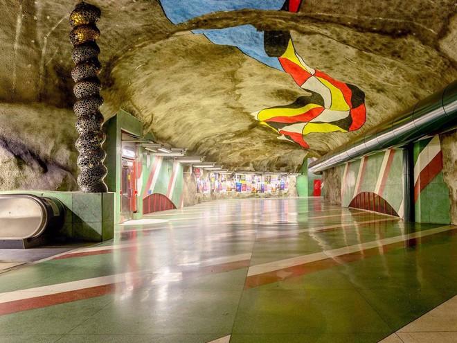 Bên trong những ga tàu điện ngầm đẹp hơn cả triển lãm nghệ thuật tại Thụy Điển - Ảnh 9.