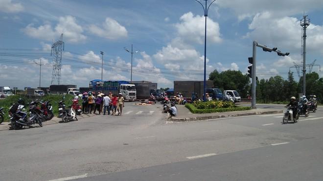 2 mẹ con bị xe tải kéo 500m, thương vong trên đường phố Sài Gòn khi vừa đi khám bệnh - Ảnh 1.