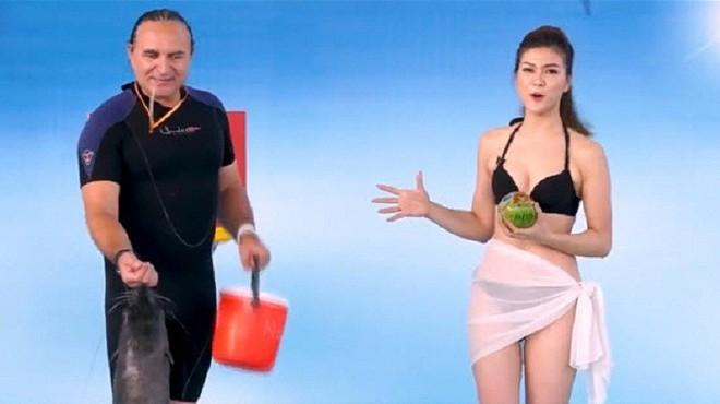 Vẻ ngoài nóng bỏng của MC mặc bikini lên sóng truyền hình - Ảnh 1.