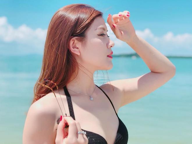 Vẻ ngoài nóng bỏng của MC mặc bikini lên sóng truyền hình - Ảnh 3.