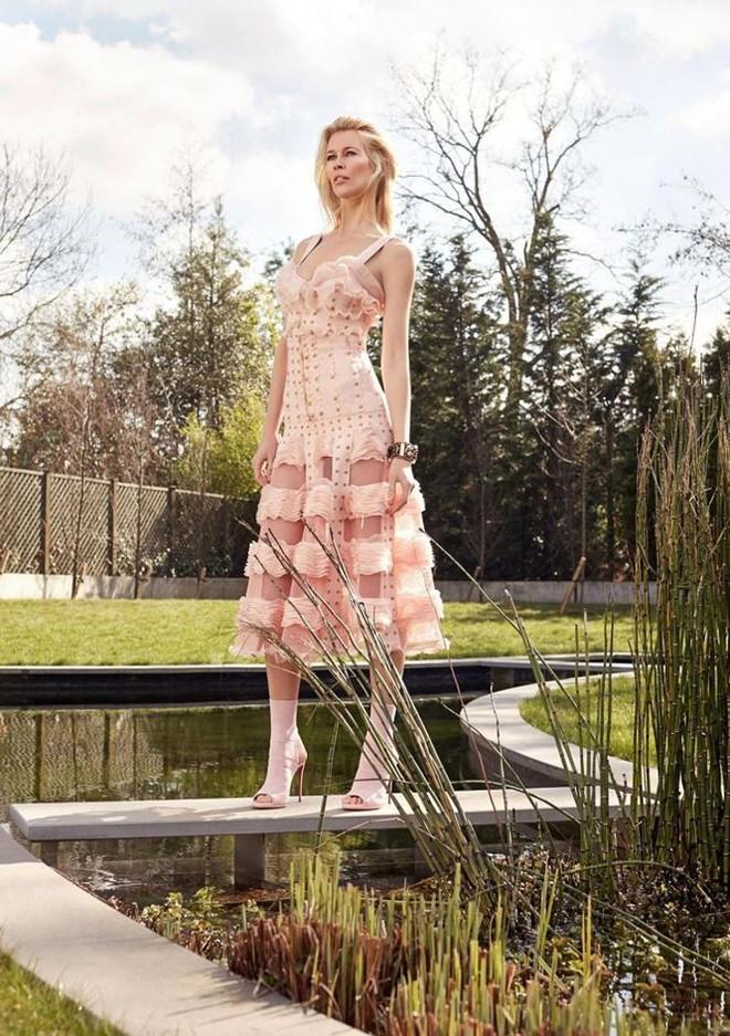 Siêu mẫu huyền thoại Claudia Schiffer trẻ trung ngỡ ngàng tuổi U50  - Ảnh 6.