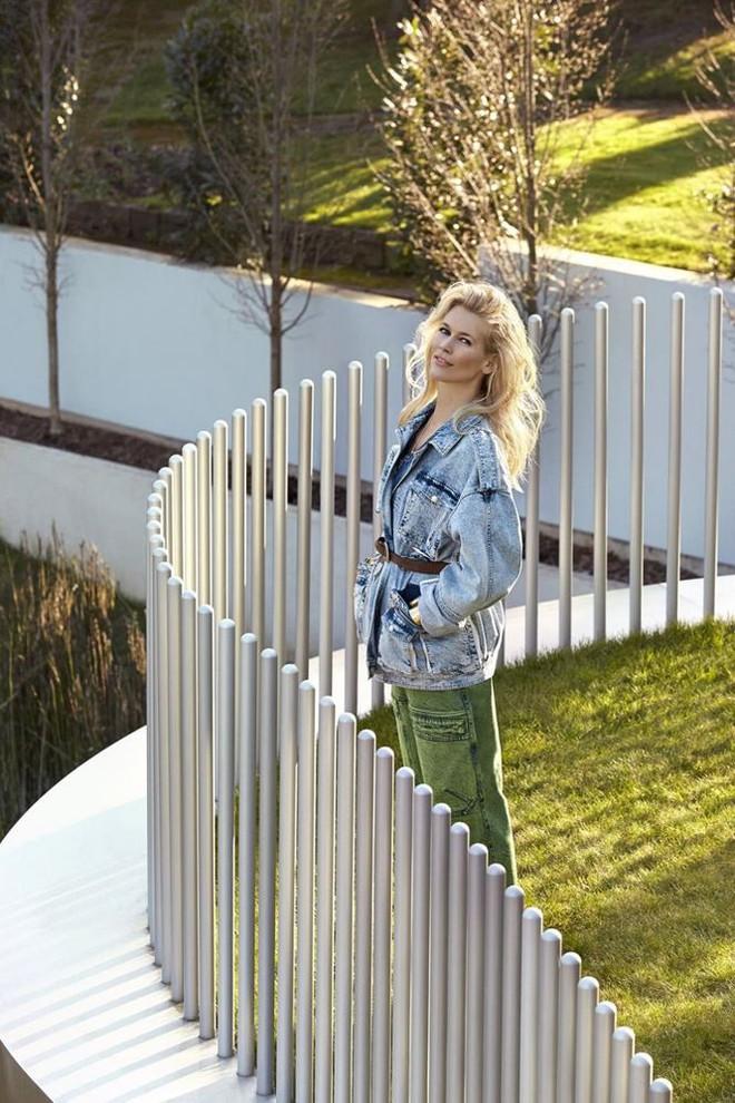 Siêu mẫu huyền thoại Claudia Schiffer trẻ trung ngỡ ngàng tuổi U50  - Ảnh 7.