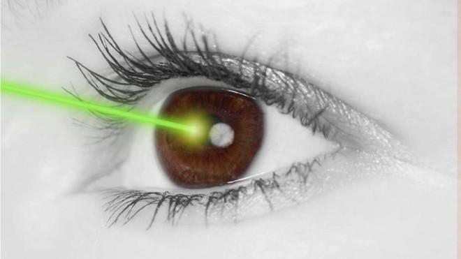 Vụ tai nạn này sẽ khiến bạn hiểu rằng mọi cảnh báo về đèn laser đều không phải trò đùa - Ảnh 2.