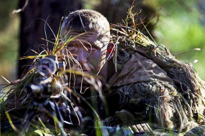 """Kỹ năng ẩn nấp và tác xạ của """"sát thủ vô hình"""" lính bắn tỉa Mỹ - Ảnh 6."""