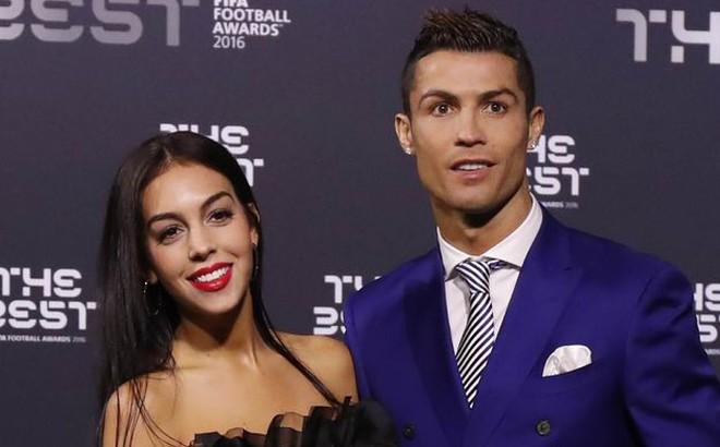 """Bạn gái nóng bỏng của Ronaldo bị cổ động viên tuyển Iran """"khủng bố"""""""