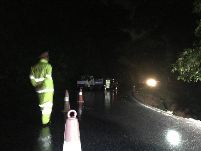 Sạt lở đất đá chặn ngang quốc lộ huyết mạch Lào Cai đi Sa Pa trong đêm - Ảnh 3.