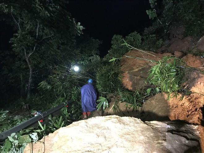Sạt lở đất đá chặn ngang quốc lộ huyết mạch Lào Cai đi Sa Pa trong đêm - Ảnh 4.