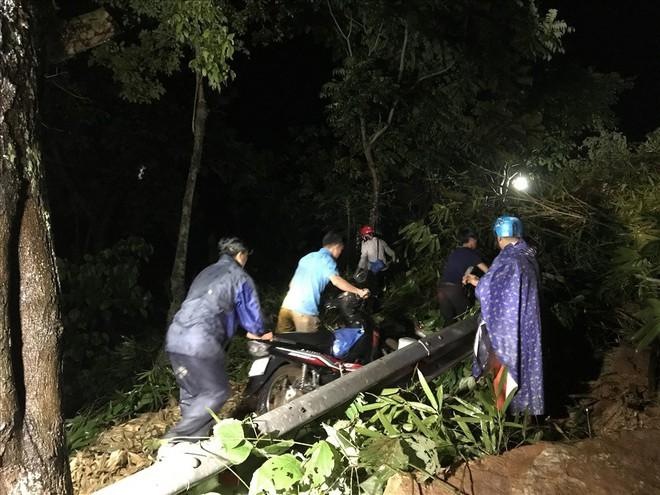 Sạt lở đất đá chặn ngang quốc lộ huyết mạch Lào Cai đi Sa Pa trong đêm - Ảnh 6.