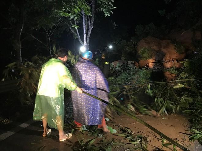 Sạt lở đất đá chặn ngang quốc lộ huyết mạch Lào Cai đi Sa Pa trong đêm - Ảnh 7.