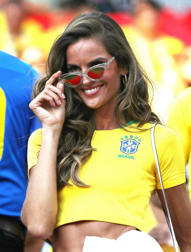Siêu mẫu Brazil ăn mừng hết nấc trên khán đài, bỏ mặc bạn trai Đức suy sụp vì thảm bại - Ảnh 4.