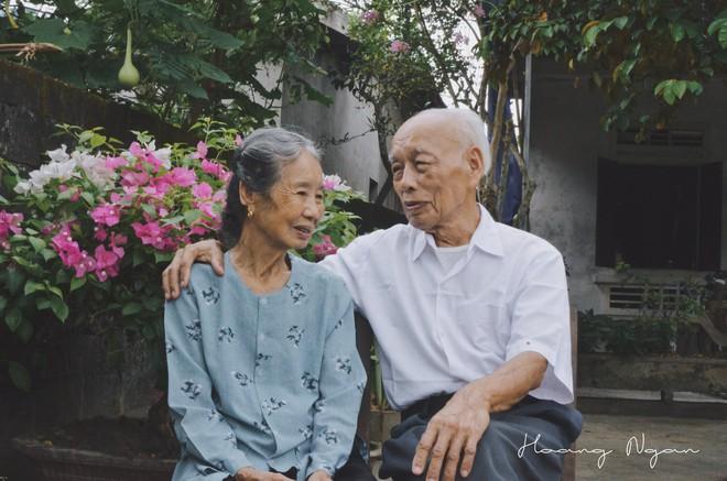 Bộ ảnh ông chải tóc, đọc thơ cho bà được chia sẻ nhiều nhất trong vòng 24 giờ và những tiết lộ phía sau  - Ảnh 5.