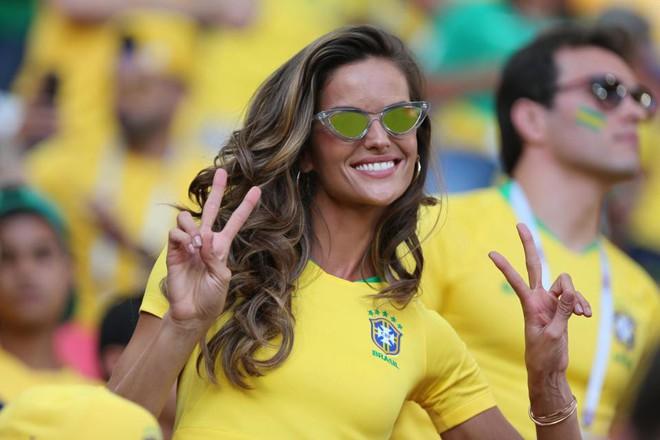 Siêu mẫu Brazil ăn mừng hết nấc trên khán đài, bỏ mặc bạn trai Đức suy sụp vì thảm bại - Ảnh 6.
