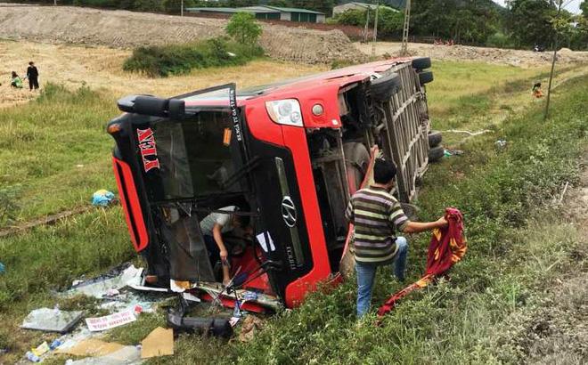 Tạm giữ tài xế vụ lật xe khách khiến 2 chị em tử vong