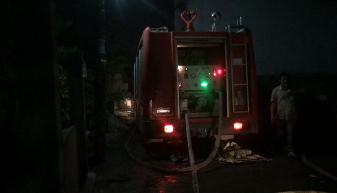 Một cảnh sát bị thương nhập viện khi đang chữa cháy cơ sở sản xuất nhang ở Sài Gòn - Ảnh 1.