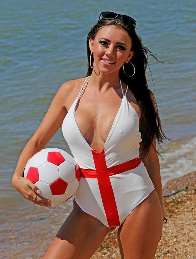 Ca sĩ Lydia Lucy tung ảnh bikini nóng bỏng mắt cổ vũ tuyển Anh - Ảnh 1.