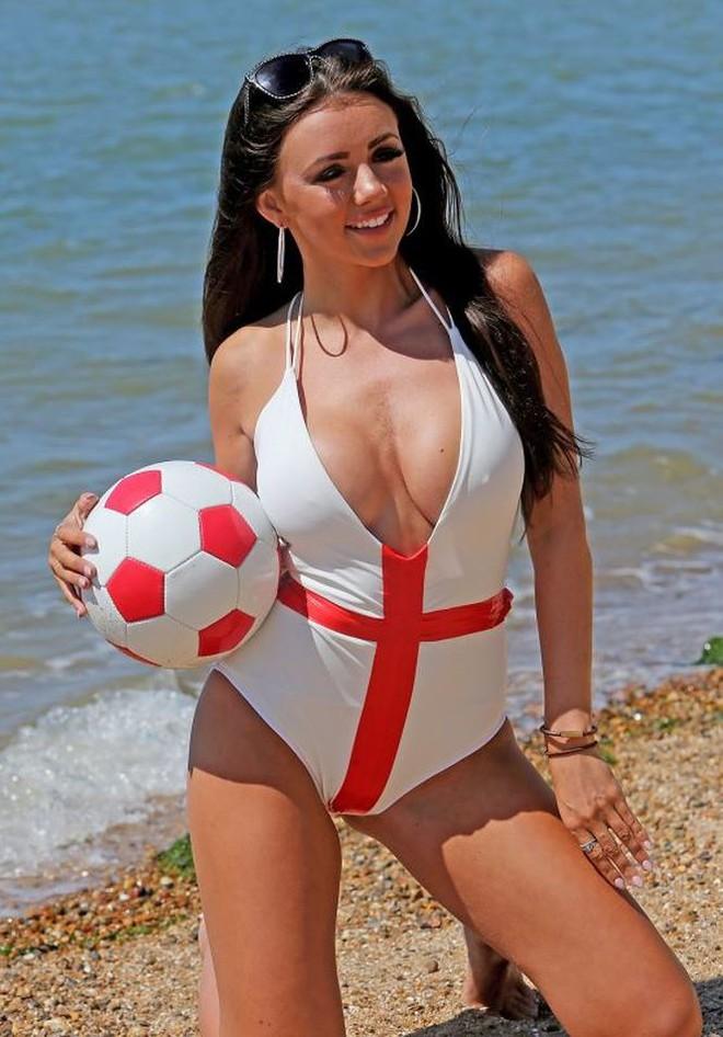 Ca sĩ Lydia Lucy tung ảnh bikini nóng bỏng mắt cổ vũ tuyển Anh - Ảnh 6.