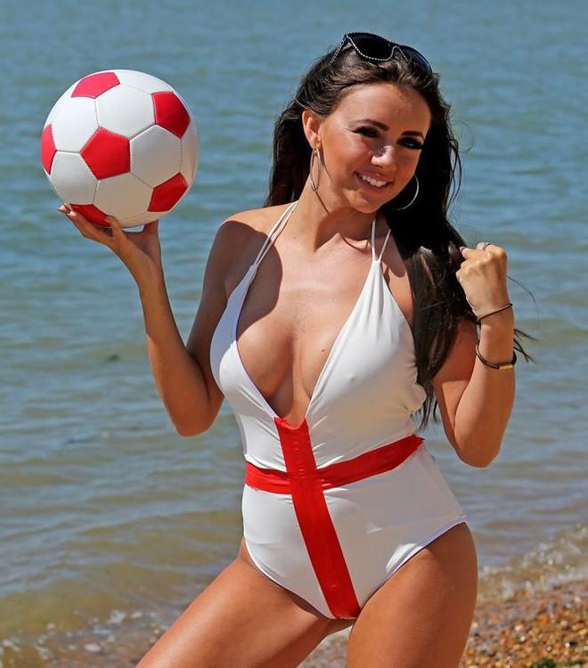 Ca sĩ Lydia Lucy tung ảnh bikini nóng bỏng mắt cổ vũ tuyển Anh - Ảnh 7.