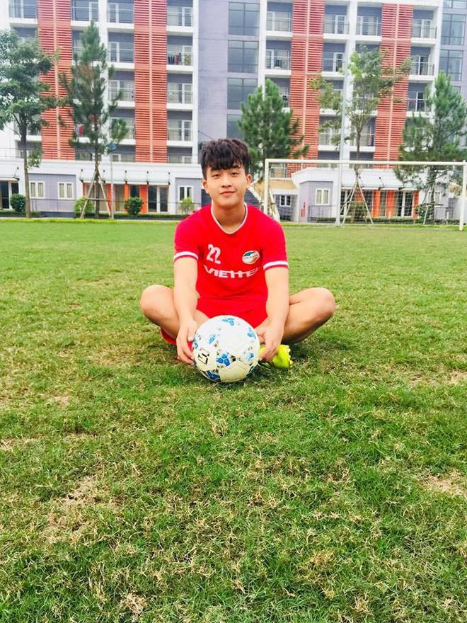 Nối gót dàn cầu thủ cực phẩm U23, tiền đạo 18 tuổi điển trai của CLB Viettel khiến hội chị em phát cuồng - Ảnh 1.