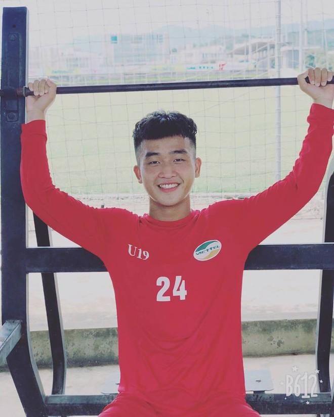 Nối gót dàn cầu thủ cực phẩm U23, tiền đạo 18 tuổi điển trai của CLB Viettel khiến hội chị em phát cuồng - Ảnh 2.