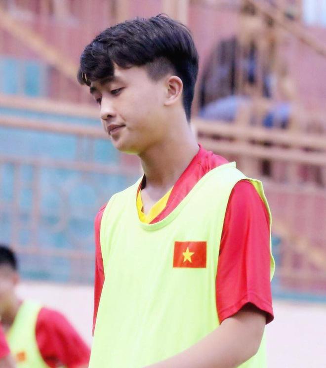 Nối gót dàn cầu thủ cực phẩm U23, tiền đạo 18 tuổi điển trai của CLB Viettel khiến hội chị em phát cuồng - Ảnh 4.