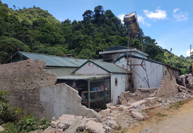 Từ hiện trường nhà trùm ma túy ở Lóng Luông: Gỗ quý xếp chồng cao hàng mét - Ảnh 2.