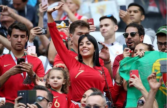Nàng WAGs nóng bỏng hàng đầu thế giới và chuyện tình đẹp như cổ tích với Cristiano Ronaldo - Ảnh 13.