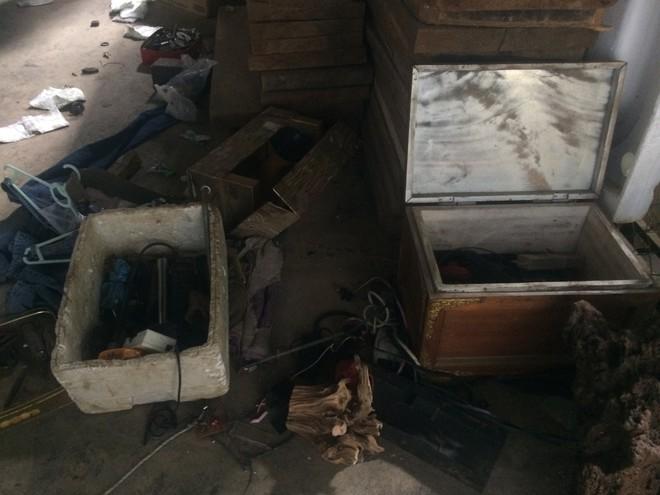 Từ hiện trường nhà trùm ma túy ở Lóng Luông: Gỗ quý xếp chồng cao hàng mét - Ảnh 9.