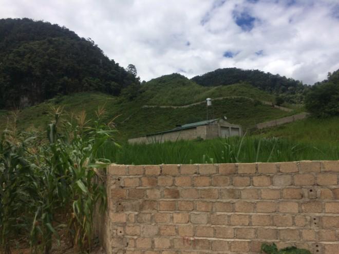 Từ hiện trường nhà trùm ma túy ở Lóng Luông: Gỗ quý xếp chồng cao hàng mét - Ảnh 17.