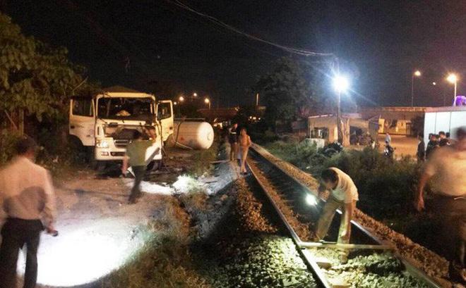 Tàu hỏa đâm văng xe bồn chở gas hàng chục mét trong đêm
