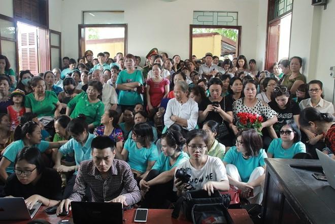 Người dân mặc áo xanh, mang hoa tới phiên tòa xử BS Lương - Ảnh 2.