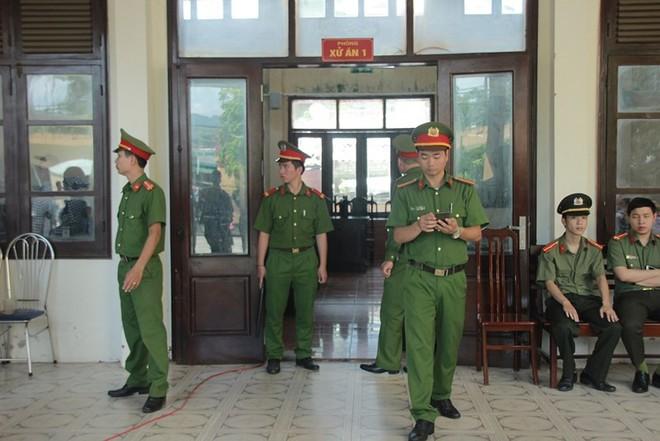 Người dân mặc áo xanh, mang hoa tới phiên tòa xử BS Lương - Ảnh 11.