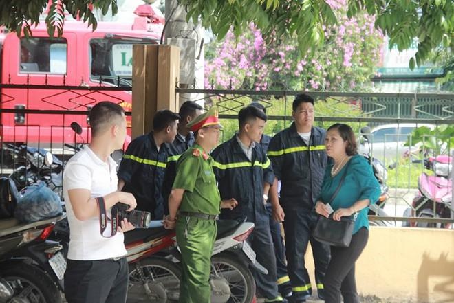 Người dân mặc áo xanh, mang hoa tới phiên tòa xử BS Lương - Ảnh 12.